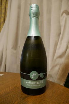 yellow_tail_moscato_bubbles.jpg